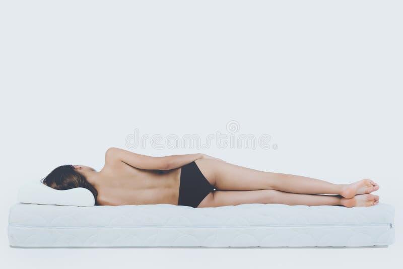 Νέα γυμνή γυναίκα που βρίσκεται στο ορθοπεδικό στρώμα στοκ εικόνες με δικαίωμα ελεύθερης χρήσης