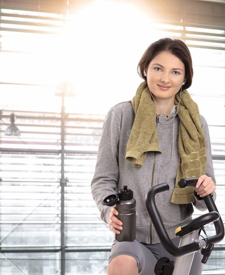 Νέα γυναίκα έτοιμη να αρχίσει στοκ φωτογραφία με δικαίωμα ελεύθερης χρήσης