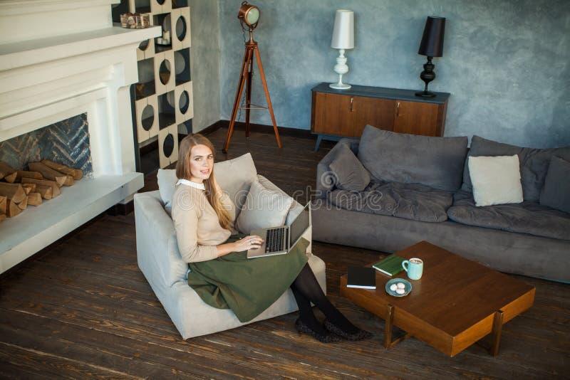 Νέα γυναίκα αρχιτεκτόνων που χρησιμοποιεί το γκρίζο lap-top στοκ εικόνες