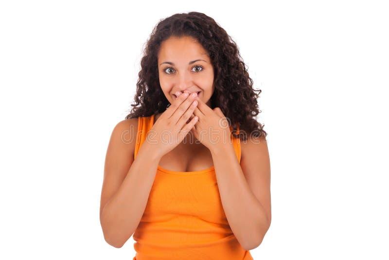Νέα γυναίκα αφροαμερικάνων με τα χέρια της πέρα από το στόμα της στοκ φωτογραφίες με δικαίωμα ελεύθερης χρήσης
