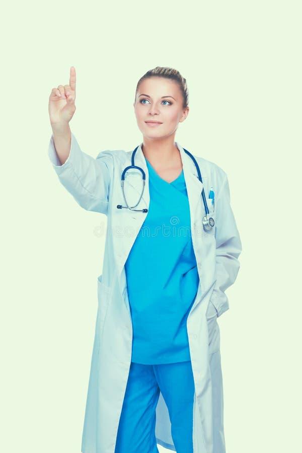 Νέα γυναίκα γιατρών με το στηθοσκόπιο που παρουσιάζει κάτι, που απομονώνεται στο άσπρο υπόβαθρο στοκ φωτογραφίες με δικαίωμα ελεύθερης χρήσης
