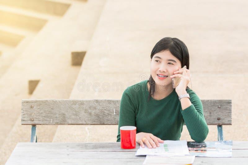 Νέα γυναίκα γραφείων που μιλά σε κάποιο στο κινητό τηλέφωνό της με το Χ στοκ φωτογραφίες