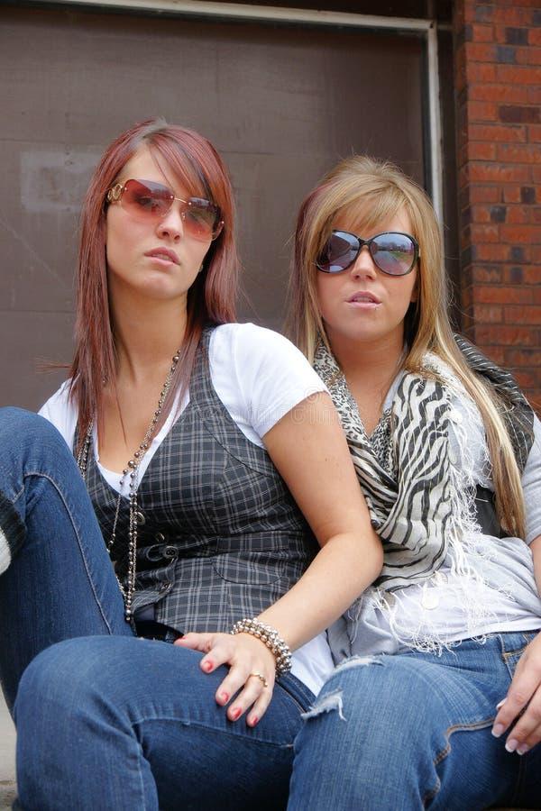 Νέα γυναίκα δύο με τα γυαλιά ηλίου να φανεί δροσερός στοκ εικόνα με δικαίωμα ελεύθερης χρήσης