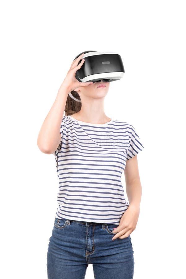 Νέα γυναίκα εικονικά γυαλιά Ψηφιακή συσκευή vr Θηλυκή δράση στο κράνος εικονικής πραγματικότητας που απομονώνεται σε ένα άσπρο υπ στοκ φωτογραφίες