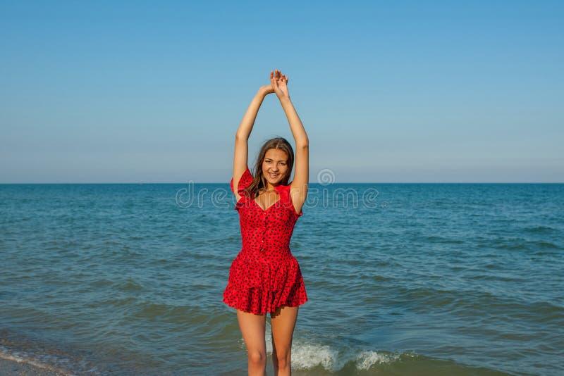 Νέα γυναίκα ευτυχίας στη θάλασσα στοκ εικόνα