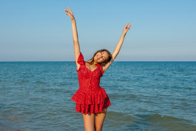 Νέα γυναίκα ευτυχίας στη θάλασσα στοκ φωτογραφία