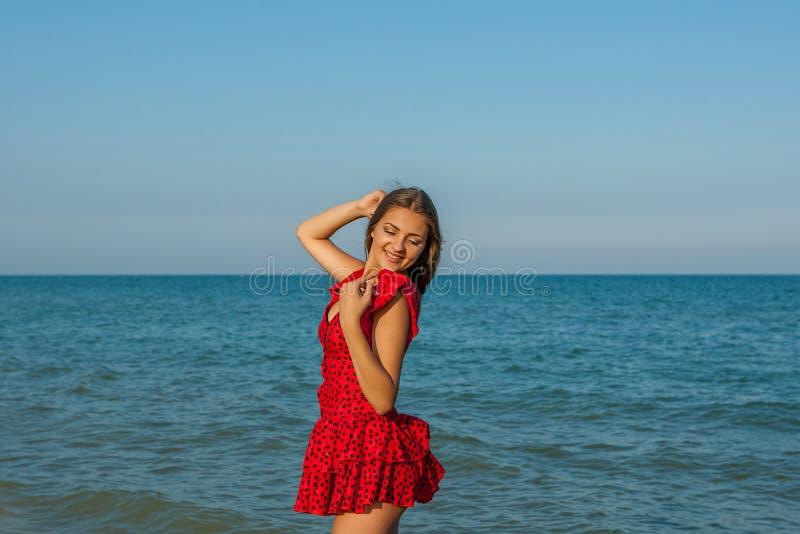 Νέα γυναίκα ευτυχίας στη θάλασσα στοκ φωτογραφίες