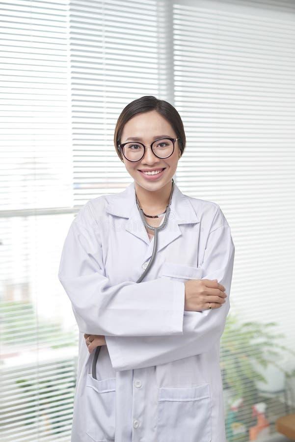 Νέα γυναίκα ιατρών που στέκεται στο υπόβαθρο νοσοκομείων στοκ εικόνες με δικαίωμα ελεύθερης χρήσης