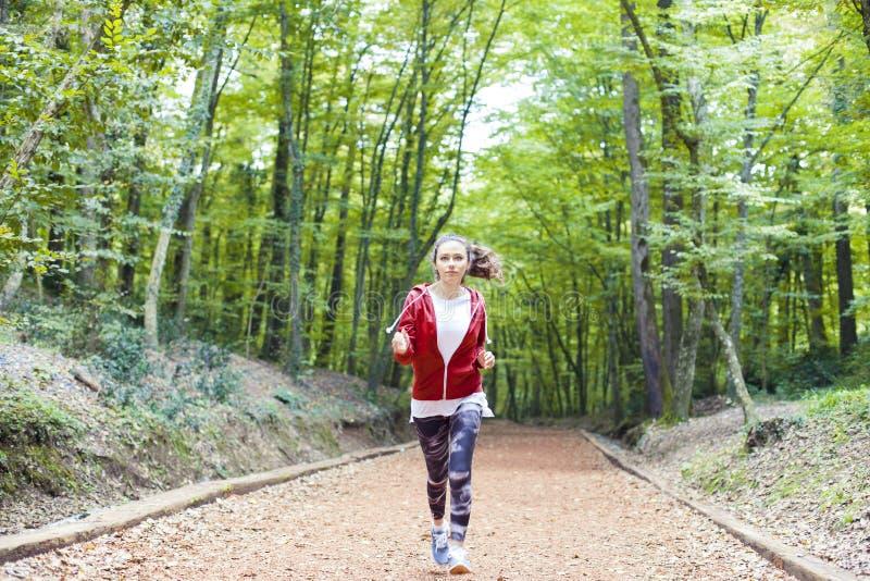 Νέα γυναίκα ικανότητας που τρέχει στο δασικό ίχνος στοκ εικόνες με δικαίωμα ελεύθερης χρήσης