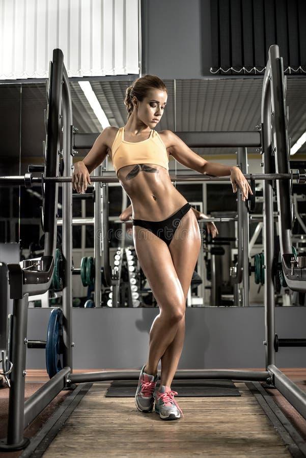 Νέα γυναίκα ικανότητας στη γυμναστική στοκ εικόνες