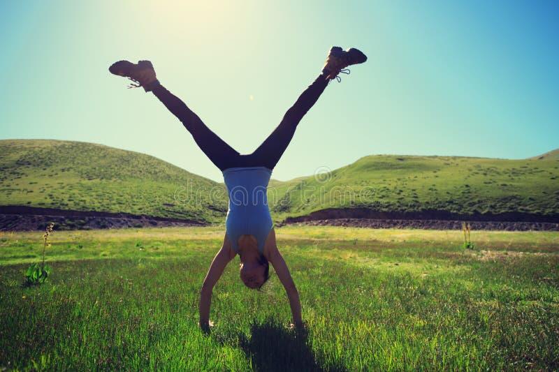 Νέα γυναίκα ικανότητας Handstand στο λιβάδι στοκ φωτογραφίες με δικαίωμα ελεύθερης χρήσης