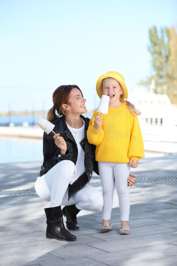 Νέα γυναίκα και μικρό κορίτσι με τις καραμέλες βαμβακιού στοκ εικόνες με δικαίωμα ελεύθερης χρήσης