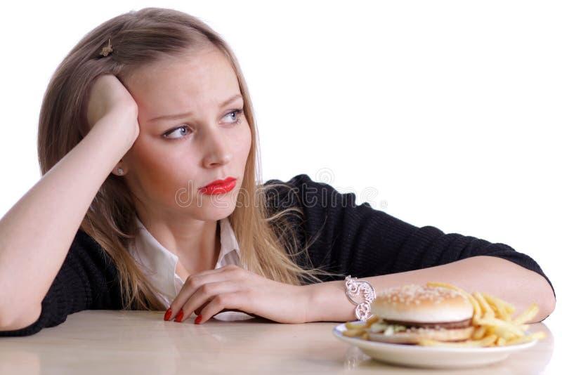 Νέα γυναίκα και Burger στοκ φωτογραφία με δικαίωμα ελεύθερης χρήσης