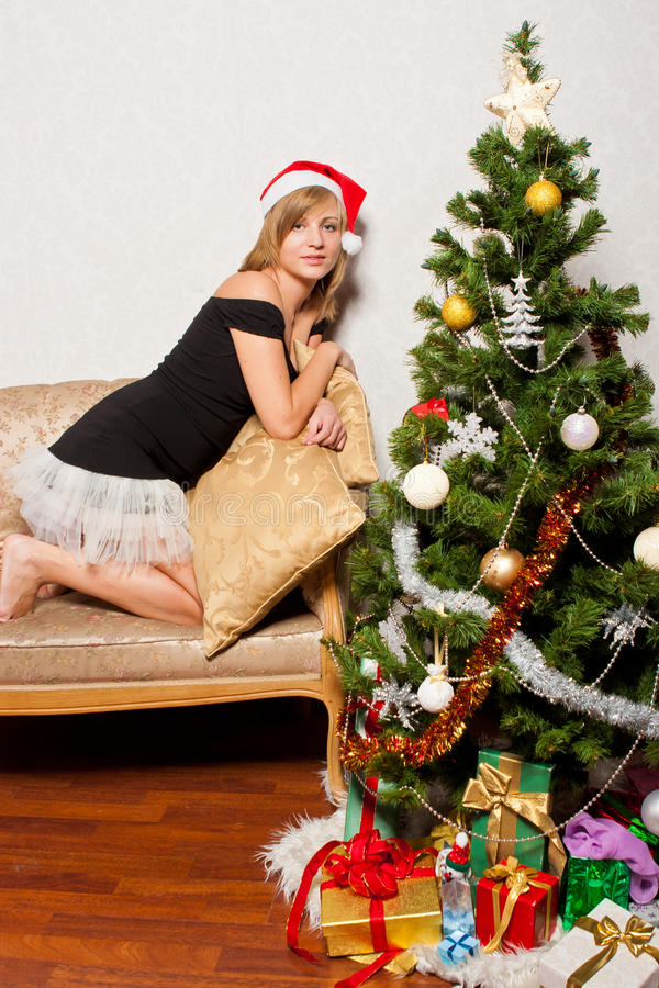 Νέα γυναίκα κοντά fir-tree στοκ φωτογραφίες με δικαίωμα ελεύθερης χρήσης