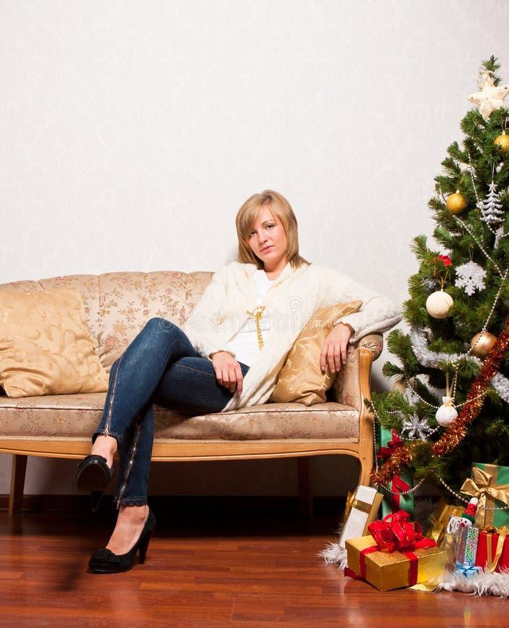 Νέα γυναίκα κοντά fir-tree στοκ εικόνες με δικαίωμα ελεύθερης χρήσης