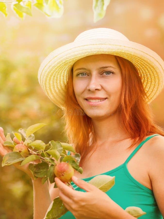 Νέα γυναίκα με έναν κλάδο του δέντρου μηλιάς στοκ εικόνα