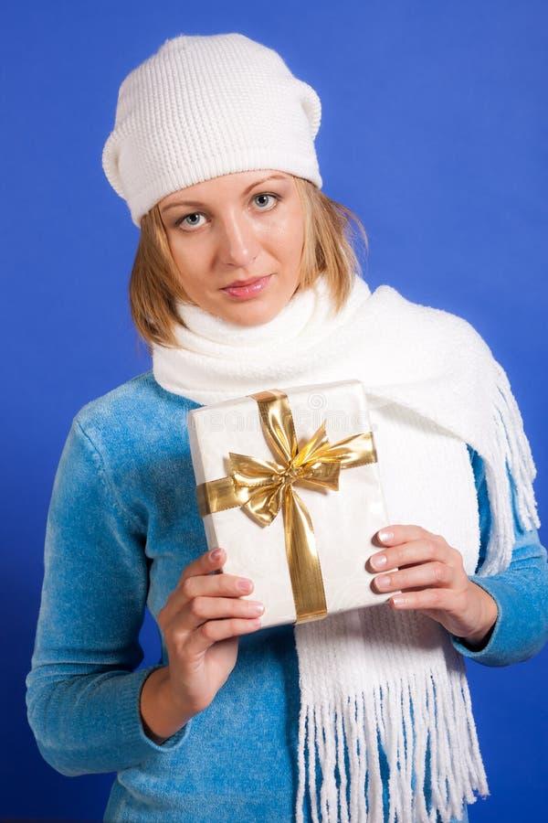 Νέα γυναίκα με ένα δώρο στοκ φωτογραφία με δικαίωμα ελεύθερης χρήσης