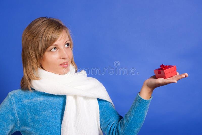 Νέα γυναίκα με ένα δώρο στοκ εικόνες