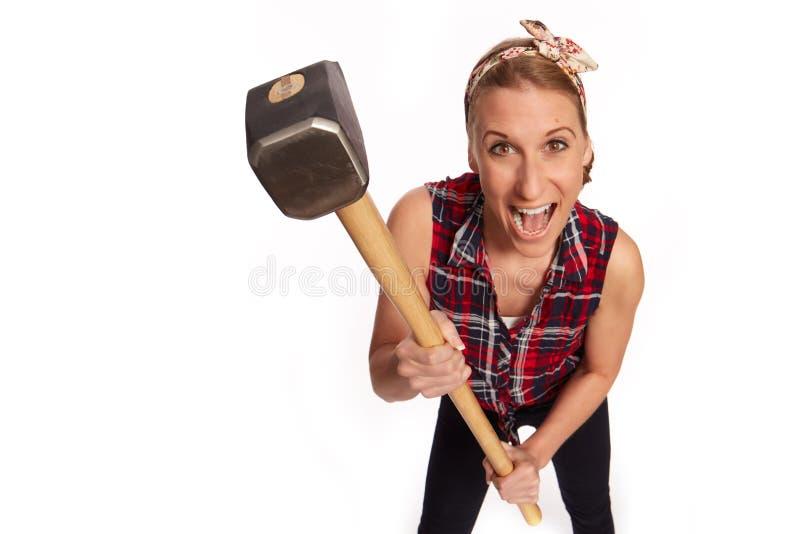 Νέα γυναίκα με ένα μεγάλο σφυρί στοκ φωτογραφία με δικαίωμα ελεύθερης χρήσης
