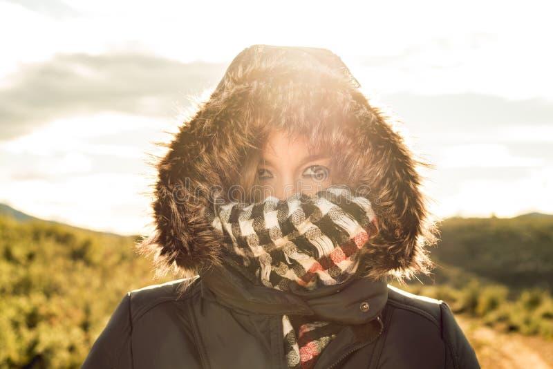 Νέα γυναίκα με ένα παλτό και μια κουκούλα επάνω στοκ εικόνα με δικαίωμα ελεύθερης χρήσης