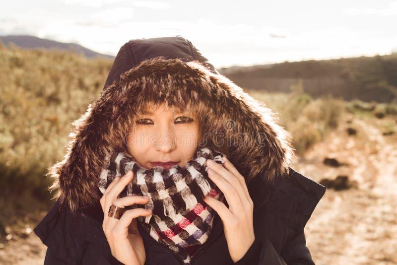 Νέα γυναίκα με ένα παλτό και μια κουκούλα επάνω στοκ φωτογραφίες με δικαίωμα ελεύθερης χρήσης