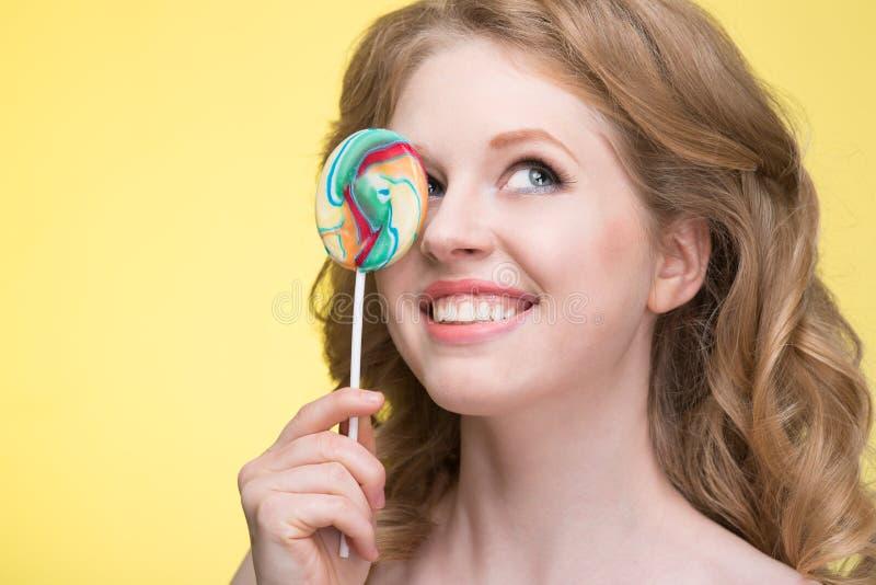 Νέα γυναίκα με ένα lollipop στοκ εικόνες