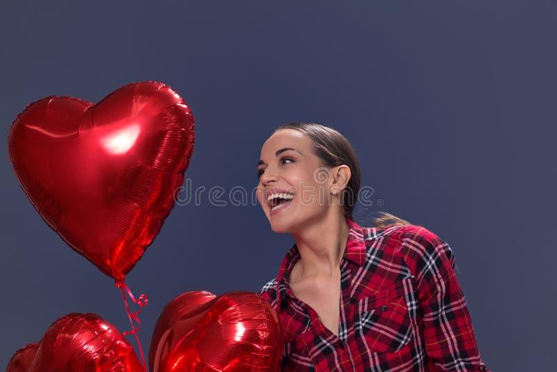 Νέα γυναίκα με καρδιά-διαμορφωμένα μπαλόνια βαλεντίνος ημέρας s στοκ εικόνα