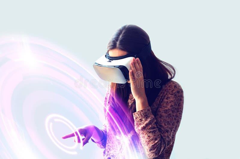 Νέα γυναίκα με τα γυαλιά εικονικής πραγματικότητας σύγχρονες τεχνολογίες Η έννοια της μελλοντικής τεχνολογίας στοκ φωτογραφία