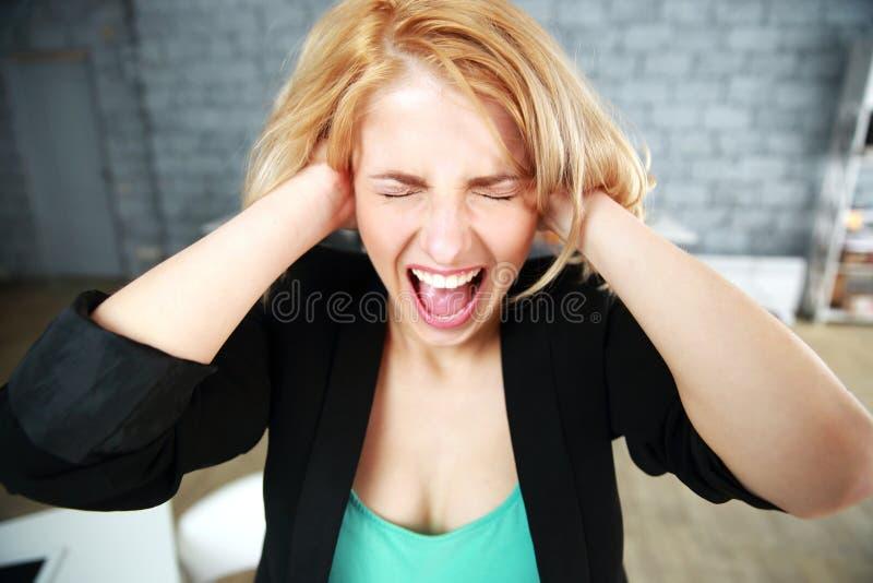 Νέα γυναίκα με τα κλειστά αυτιά στοκ εικόνες