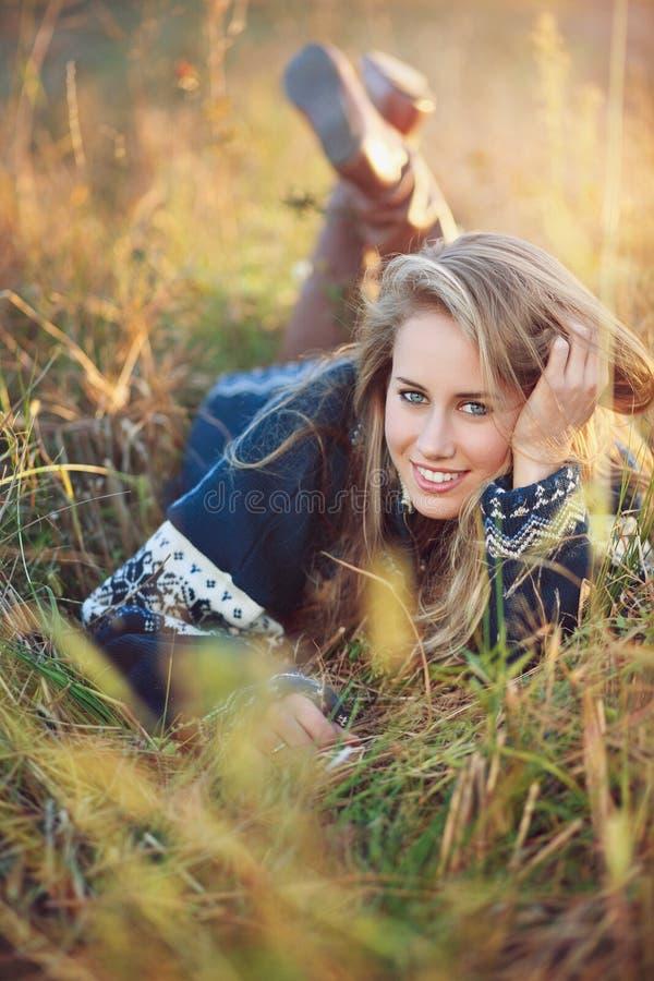 Νέα γυναίκα με τα μπλε μάτια στο λιβάδι φθινοπώρου στοκ εικόνες με δικαίωμα ελεύθερης χρήσης
