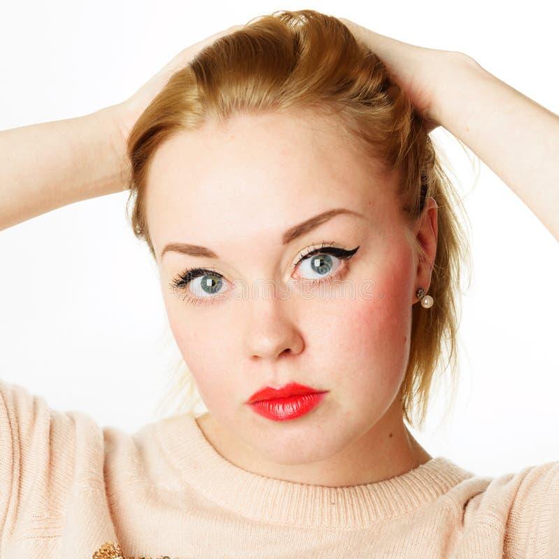 Νέα γυναίκα με τα ξανθά μαλλιά και τα κόκκινα χείλια στοκ εικόνα