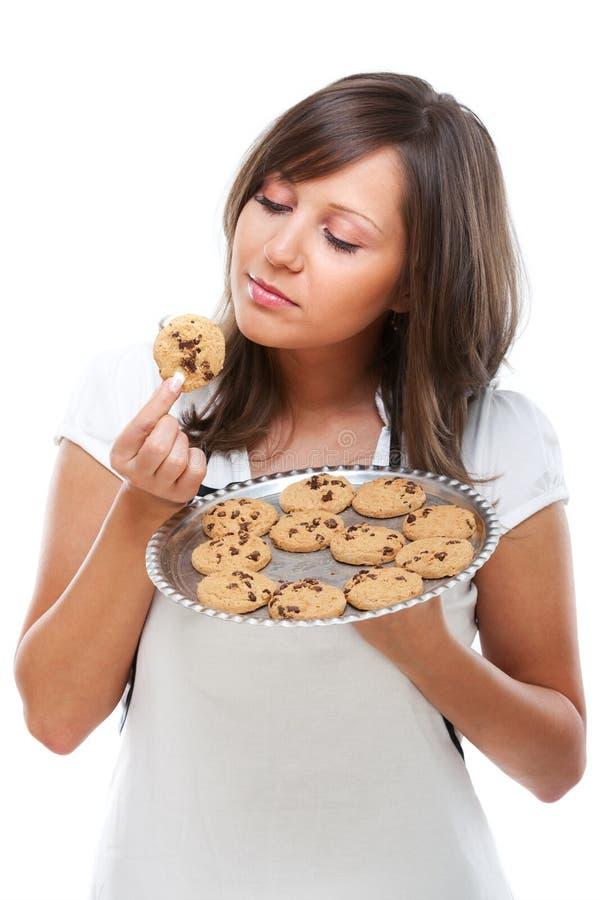 Νέα γυναίκα με τα σπιτικά μπισκότα στοκ εικόνες με δικαίωμα ελεύθερης χρήσης