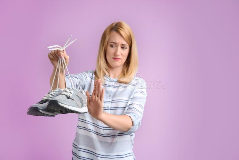 Νέα γυναίκα με τα stinky παπούτσια στοκ φωτογραφία με δικαίωμα ελεύθερης χρήσης