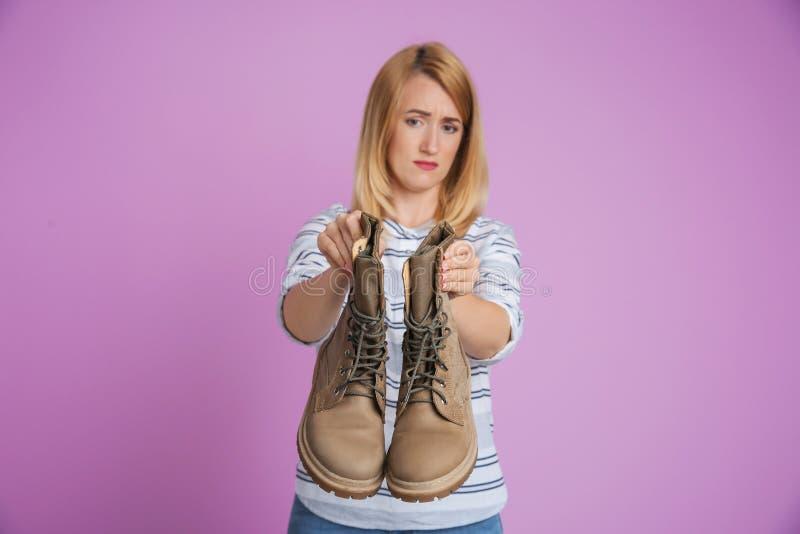 Νέα γυναίκα με τα stinky παπούτσια στοκ εικόνες