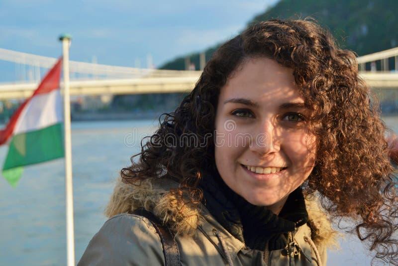 Νέα γυναίκα με την ουγγρική σημαία στοκ εικόνες