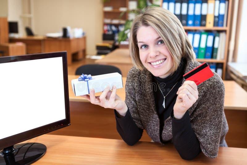 Νέα γυναίκα με την πιστωτική κάρτα και το δώρο στοκ φωτογραφίες με δικαίωμα ελεύθερης χρήσης