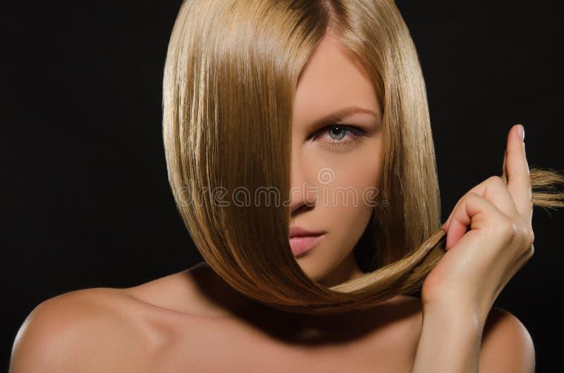 Νέα γυναίκα με την όμορφη ευθεία τρίχα στοκ εικόνα