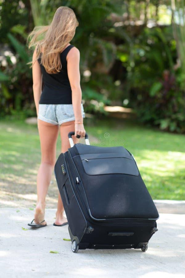 Νέα γυναίκα με τη βαλίτσα στοκ εικόνες με δικαίωμα ελεύθερης χρήσης