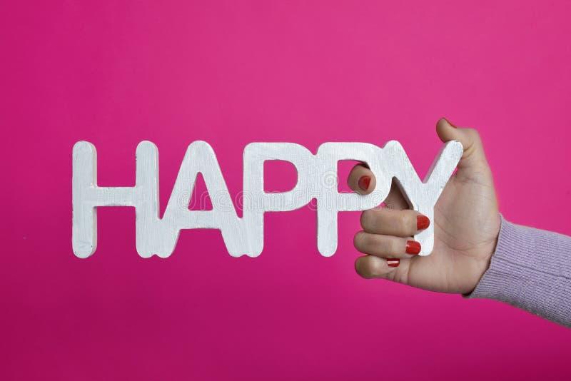 Νέα γυναίκα με τη λέξη ευτυχή στο χέρι της στοκ φωτογραφίες με δικαίωμα ελεύθερης χρήσης