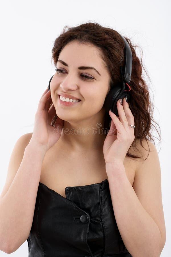 Νέα γυναίκα με τη μουσική ακούσματος ακουστικών. Κορίτσι εφήβων μουσικής στοκ φωτογραφίες με δικαίωμα ελεύθερης χρήσης