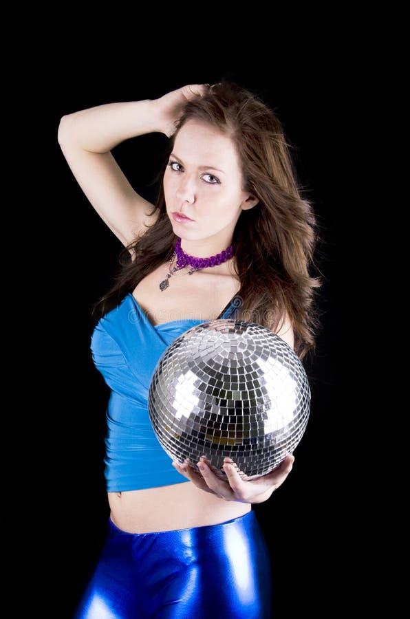 Νέα γυναίκα με τη σφαίρα disco στοκ φωτογραφία