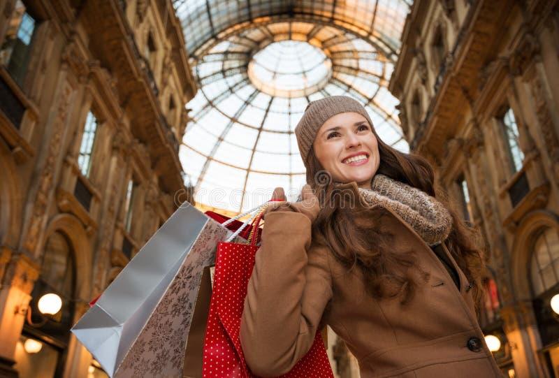 Νέα γυναίκα με τις τσάντες αγορών σε Galleria Vittorio Emanuele ΙΙ στοκ φωτογραφία με δικαίωμα ελεύθερης χρήσης