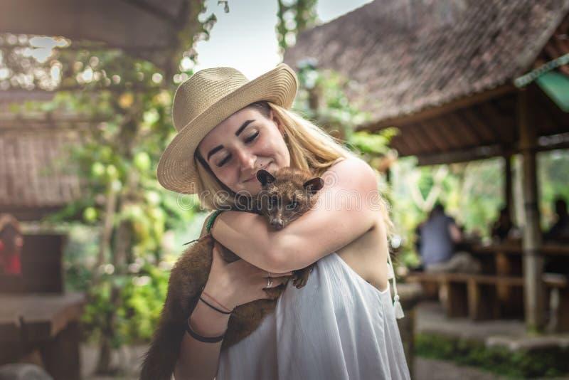 Νέα γυναίκα με τον παραγωγό kopi καφέ musang luwak Νησί του Μπαλί στοκ εικόνα με δικαίωμα ελεύθερης χρήσης