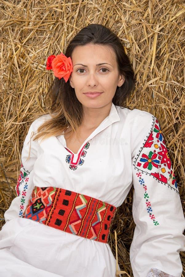 Νέα γυναίκα με το βουλγαρικό εθνικό κοστούμι στοκ εικόνες