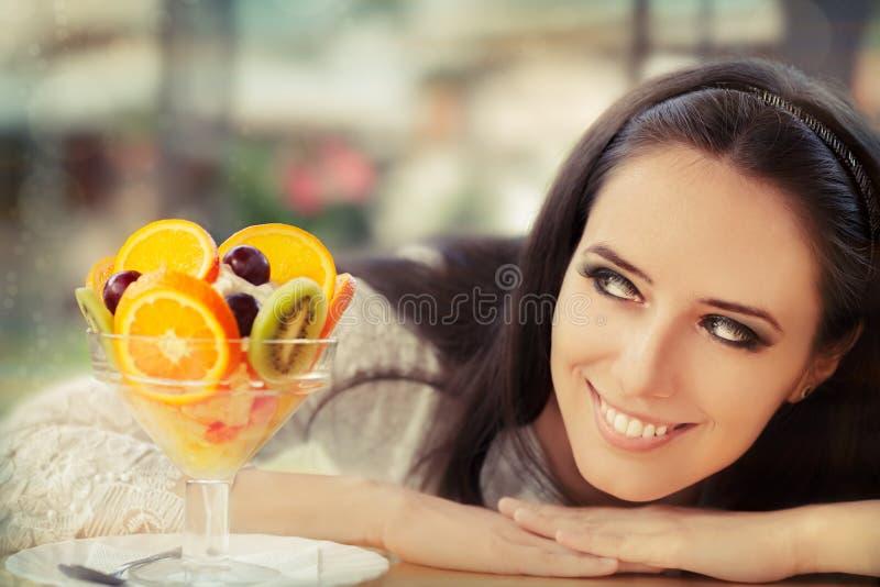 Νέα γυναίκα με το επιδόρπιο σαλάτας φρούτων στοκ φωτογραφία με δικαίωμα ελεύθερης χρήσης