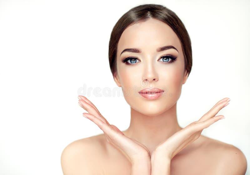 Νέα γυναίκα με το καθαρό φρέσκο δέρμα, τα γυμνά sholders και την κομψή χειρονομία στοκ εικόνες