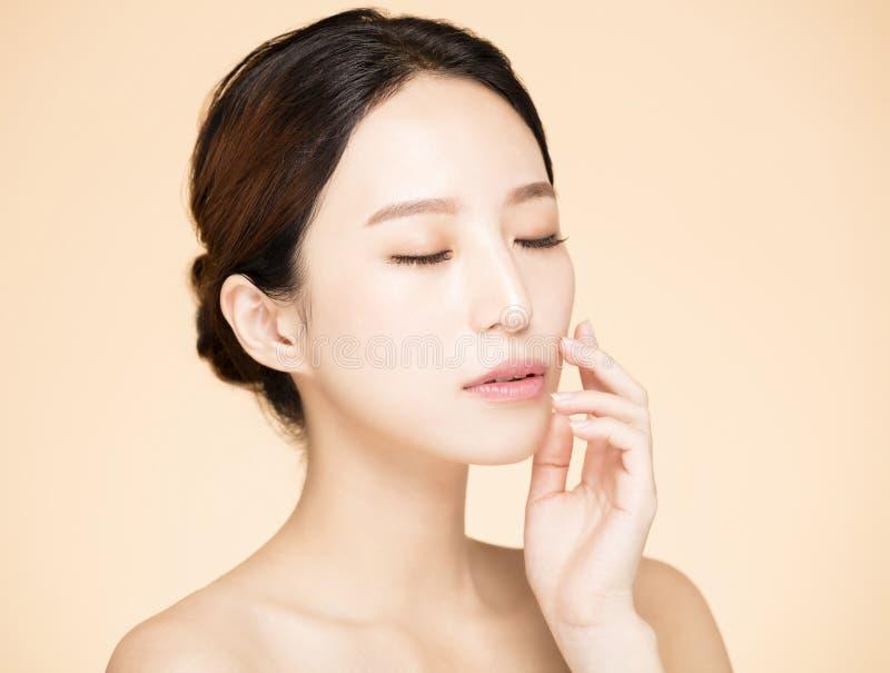 Νέα γυναίκα με το καθαρό φρέσκο δέρμα στοκ φωτογραφίες με δικαίωμα ελεύθερης χρήσης