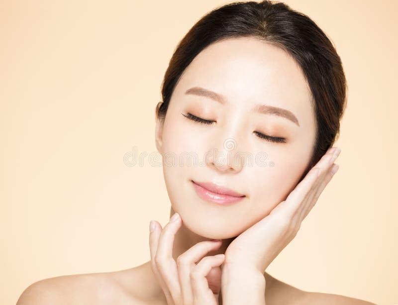 Νέα γυναίκα με το καθαρό φρέσκο δέρμα στοκ φωτογραφία με δικαίωμα ελεύθερης χρήσης