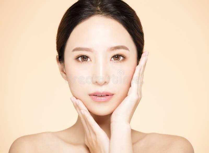 Νέα γυναίκα με το καθαρό φρέσκο δέρμα στοκ εικόνες