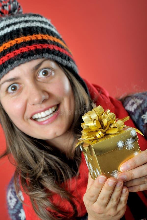 Νέα γυναίκα με το κιβώτιο χριστουγεννιάτικου δώρου στοκ φωτογραφίες